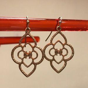 Jewelry - Gold leaf-like earring
